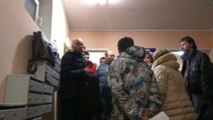 Николай Грачёв на собрании с жильцами дома